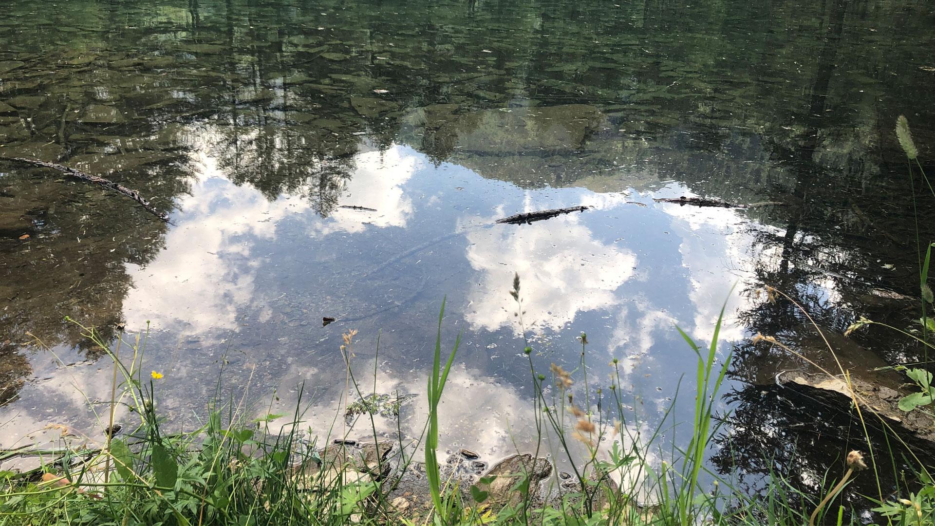 lago di montagna con un riflesso